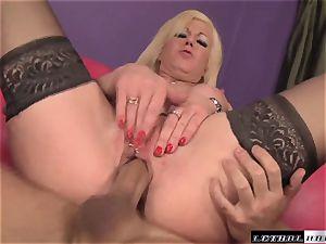 Sindi star eating butt