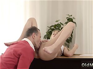 lil' nubile bare Stranger in a immense house knows how to sizzling you up