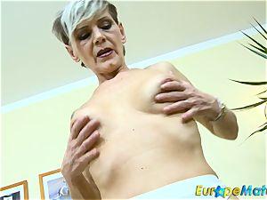 EuropeMaturE slim grandma Ivana Solo fingerblasting
